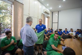 Prefeito, Ulisses Maia, foi presenteado com uma camisa e agasalho da Seleção Brasileira.