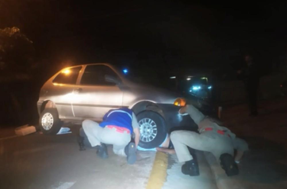 Homem ficou debaixo do veículo até ser encontrado por um guarda que faz rondas no bairro - Foto: Reprodução/RPC