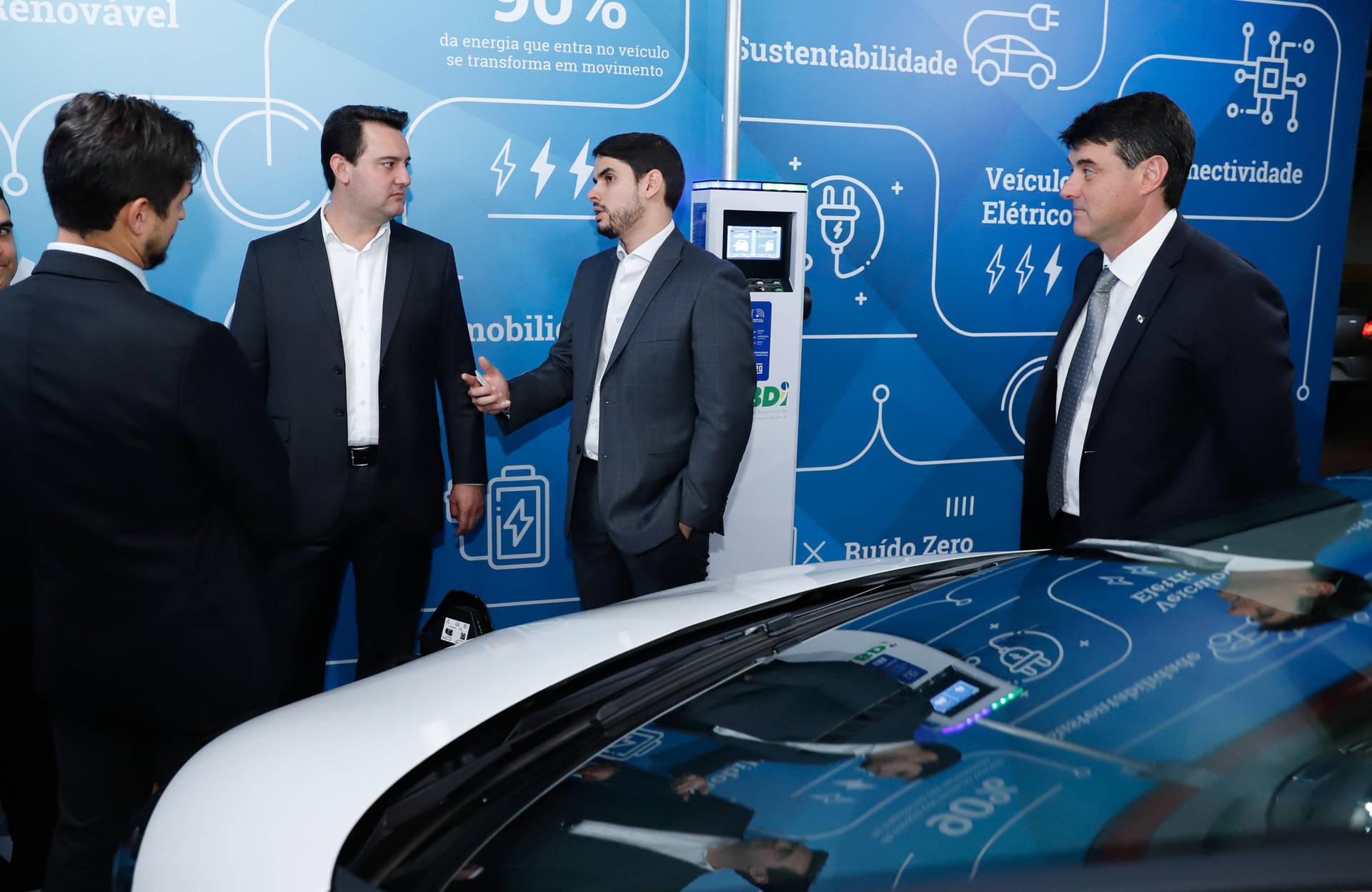 Acordo assinado pelo governador e o presidente da ABDI é para implantar no Paraná um sistema de compartilhamento de veículos elétricos para uso de servidores públicos