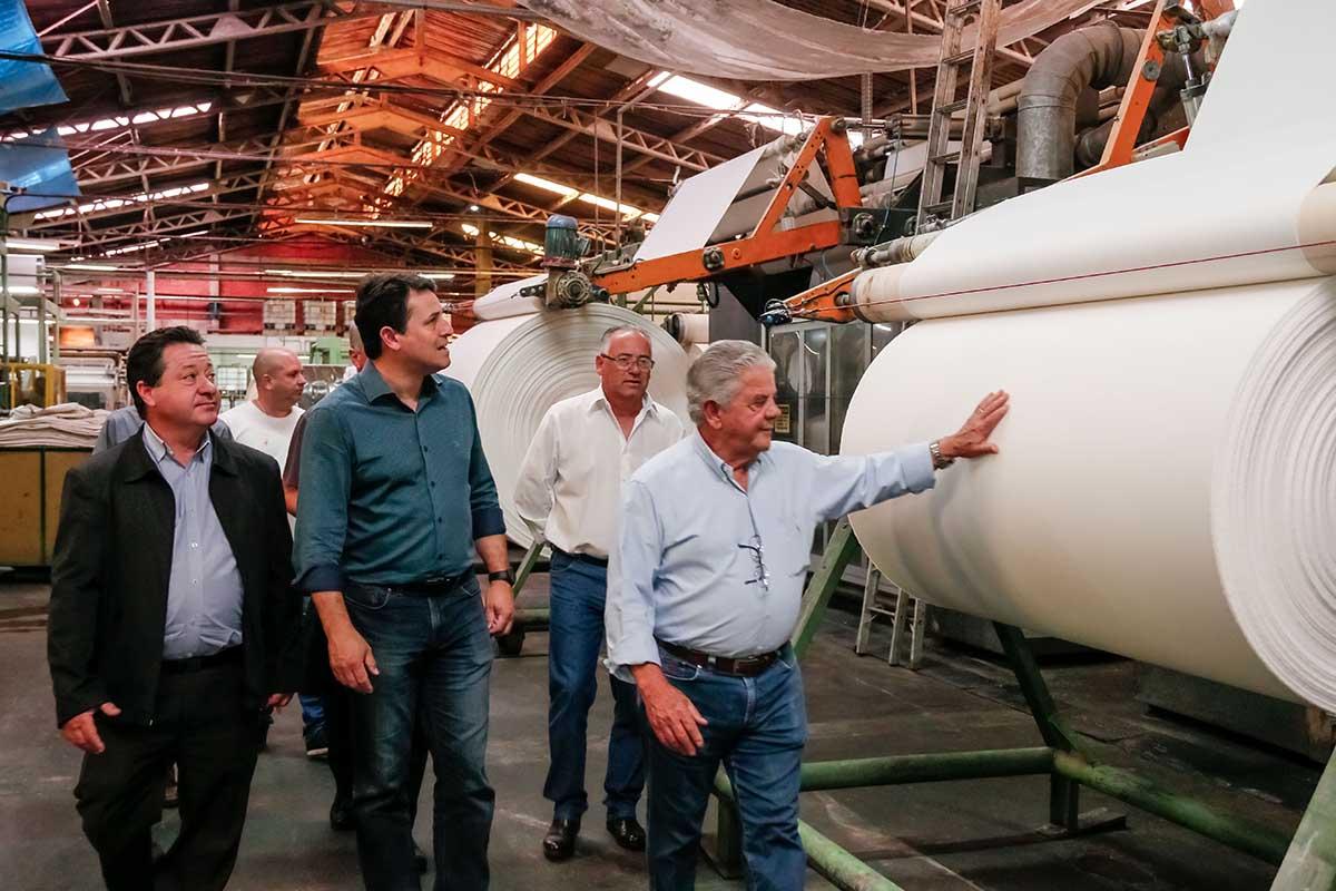 O encontro dos empresários com o prefeito, secretários e imprensa ocorreu na sala de reuniões da planta industrial, onde estão localizadas duas empresas do grupo: a Paranatex Têxtil e a Indústria Têxtil Apucarana