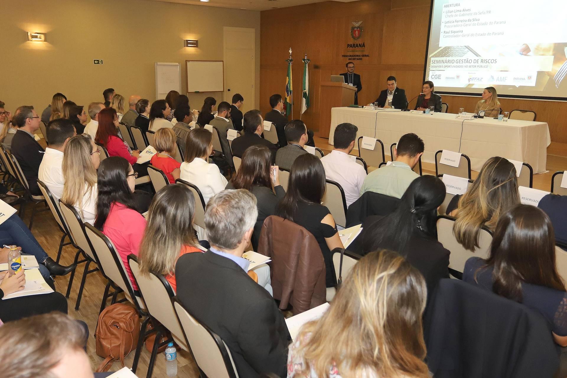 O seminário, promovido pela Escola Fazendária e pela Assessoria de Modernização Fazendária, com apoio da Controladoria Geral do Estado e da Procuradoria Geral do Paraná, apresentou o estudo de casos de Minas Gerais, Alagoas e Ceará, que já criaram programas de Compliance e Ética na gestão pública