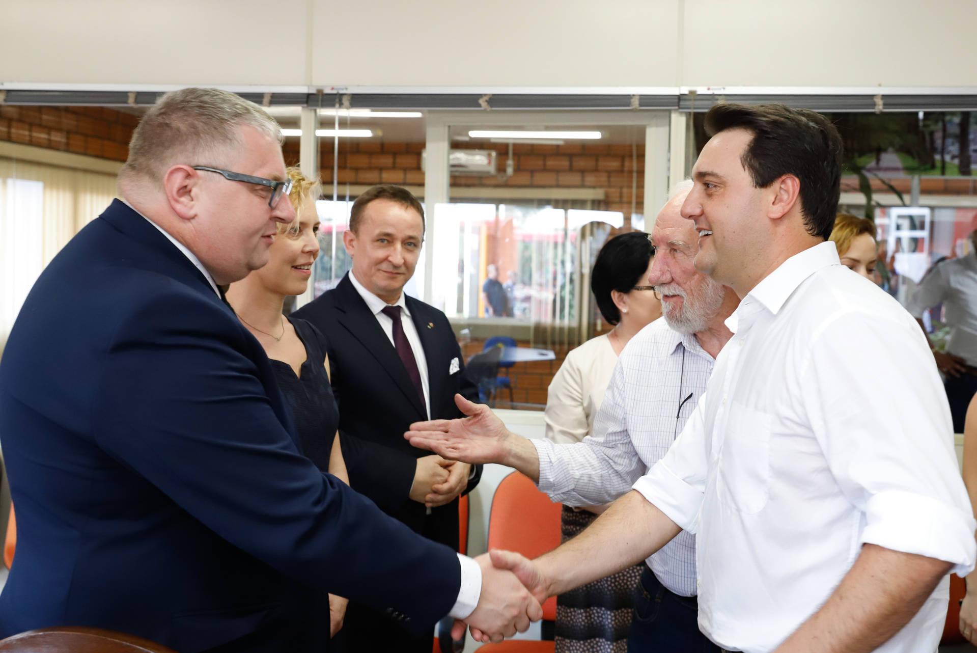 O governador Carlos Massa Ratinho Junior encontrou-se com a comitiva de poloneses, liderada pelo vice-governador da Província de Wiekopolska, Krzysztof Grabowski, para iniciar os contatos