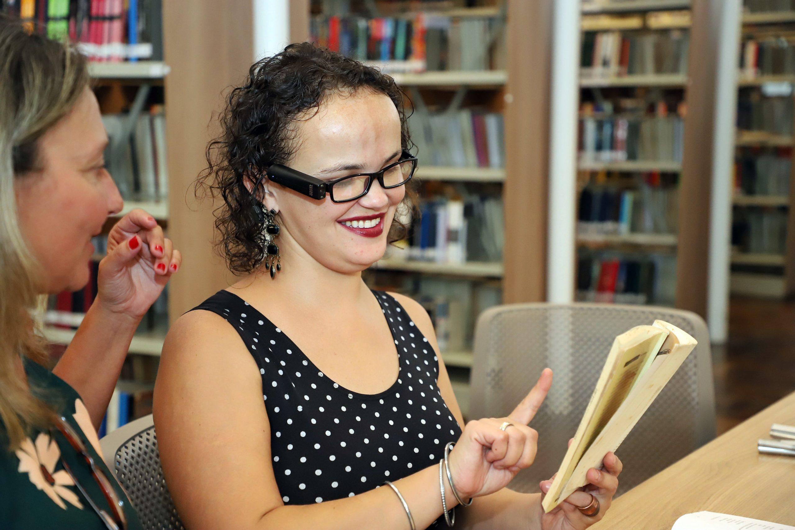 Dispositivo acoplado a um óculos fotografa os textos, escaneia e os transforma em áudio, o que permite o acesso a livros e publicações