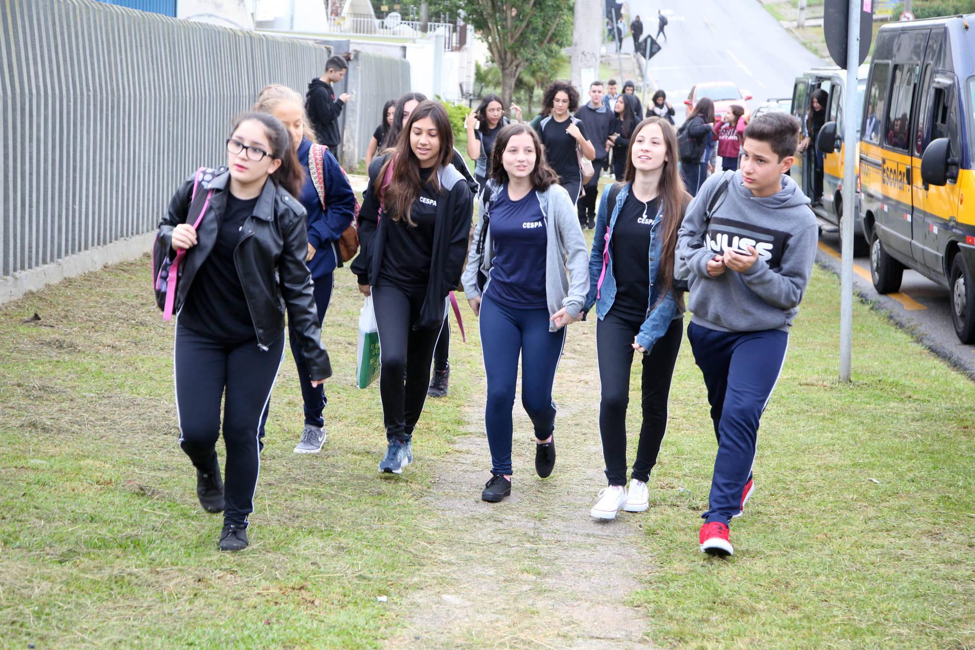 Alunos e professores se mostram ansiosos com o início das atividades nas 2,1 mil escolas da rede estadual. Volta às aulas foi precedida por preparação coletiva de professores, pedagogos e diretores