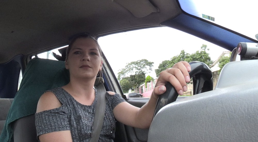 Crislaine disse que não sabia que comer no carro poderia gerar uma multa - Foto: Rafael Poyer/RPC Ponta Grossa