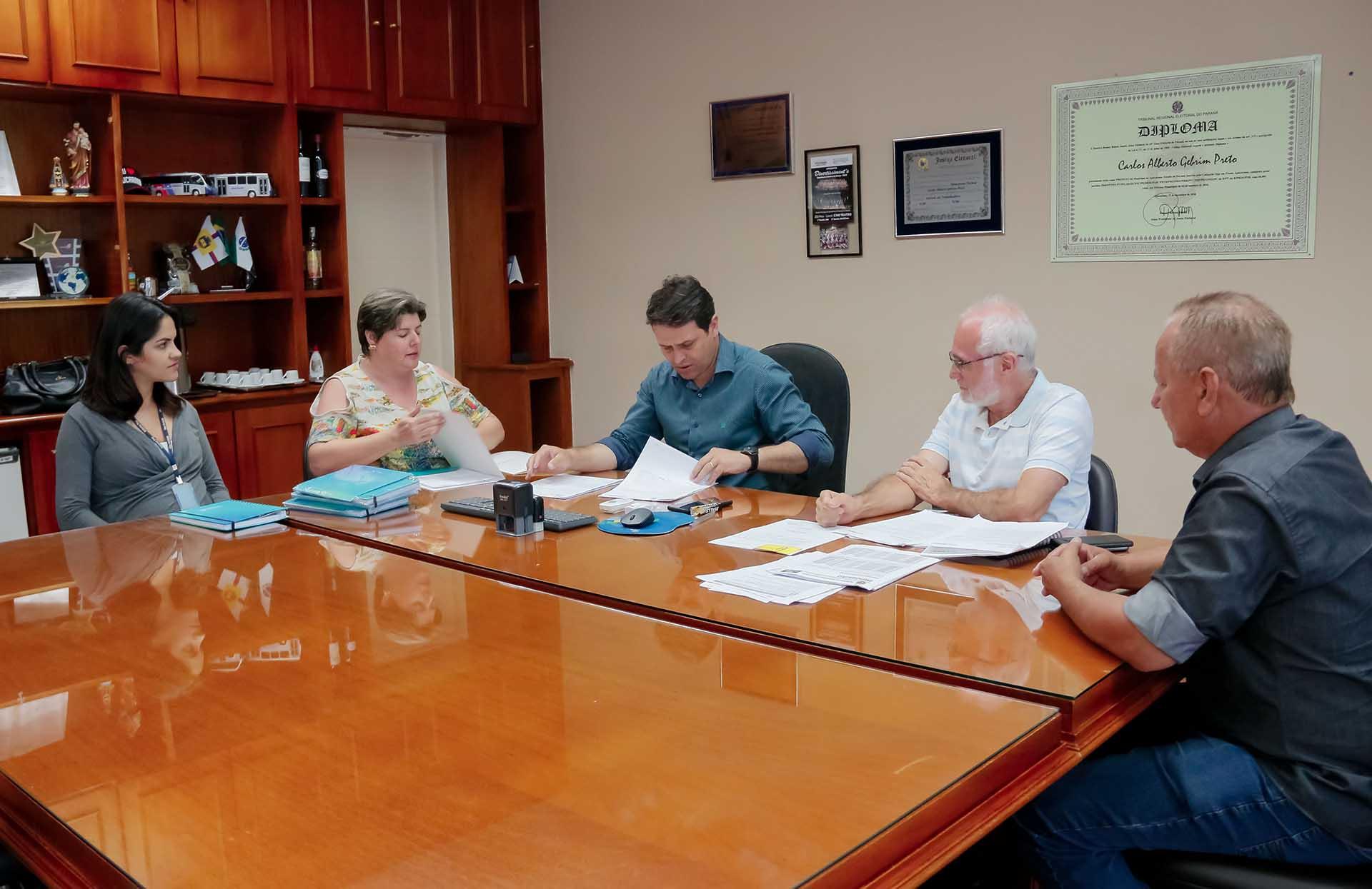 Parceria disponibiliza gratuitamente os cursos de auxiliar administrativo e de construtor pedreiro